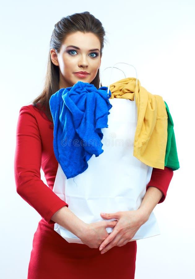 Mujer joven hermosa en el vestido rojo que sostiene el panier con cl fotos de archivo libres de regalías