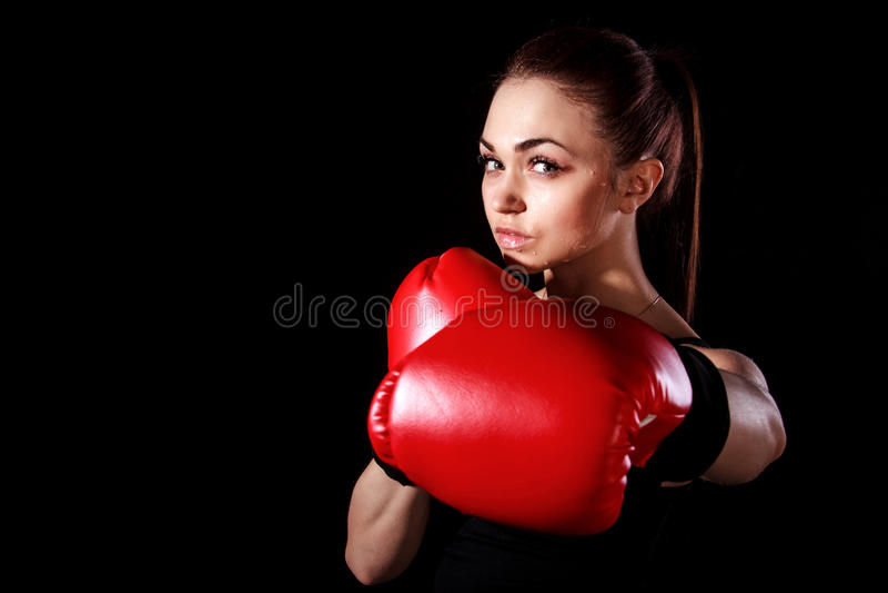 Mujer joven hermosa en guantes de boxeo rojos fotografía de archivo libre de regalías