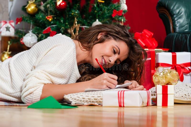 Mujer joven hermosa en la Navidad imagen de archivo