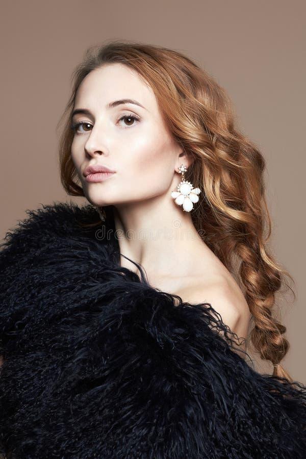 Mujer joven hermosa en la piel, peinado rizado imagen de archivo