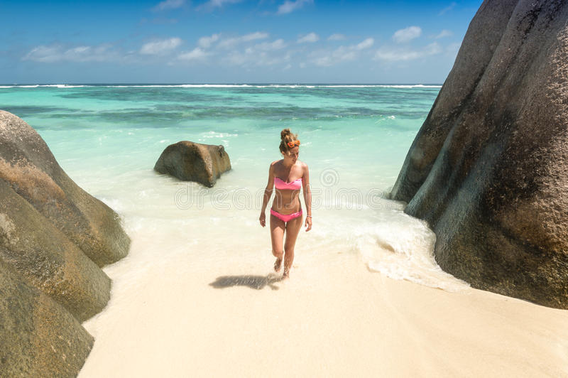 Mujer joven hermosa en la playa tropical de Seychelles imagenes de archivo