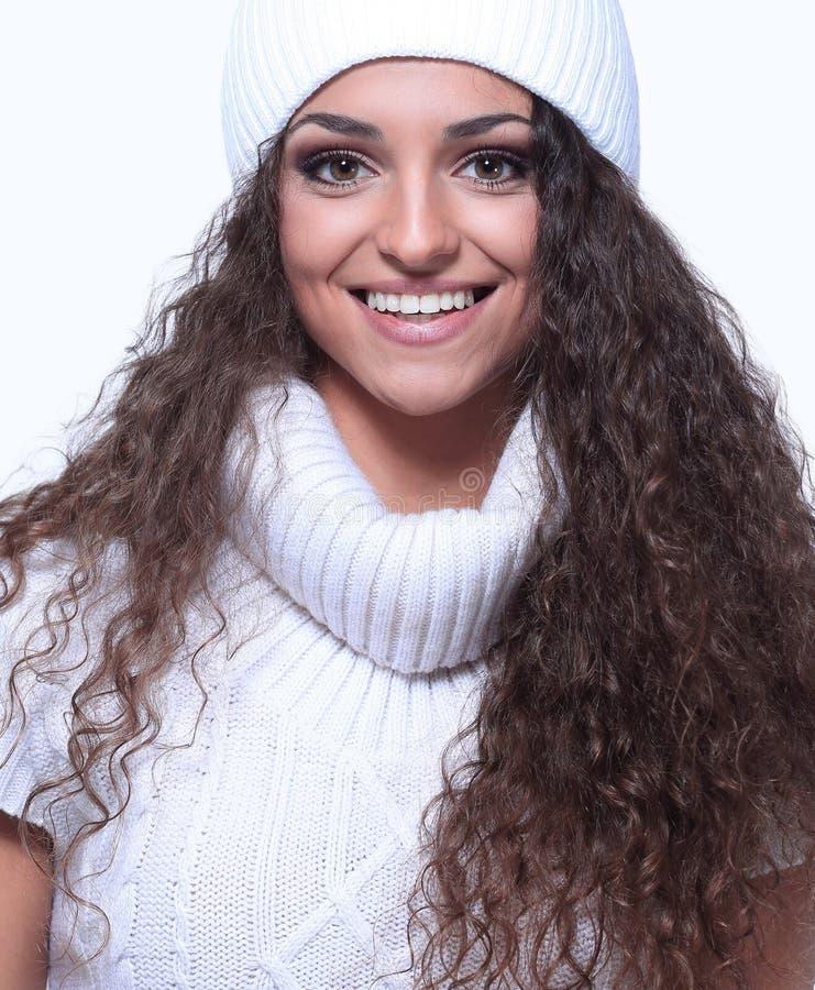 Mujer joven hermosa en la ropa caliente, aislada en blanco imágenes de archivo libres de regalías