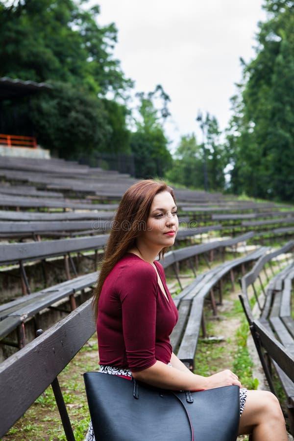 Mujer joven hermosa en la sonrisa al aire libre del teatro imagen de archivo