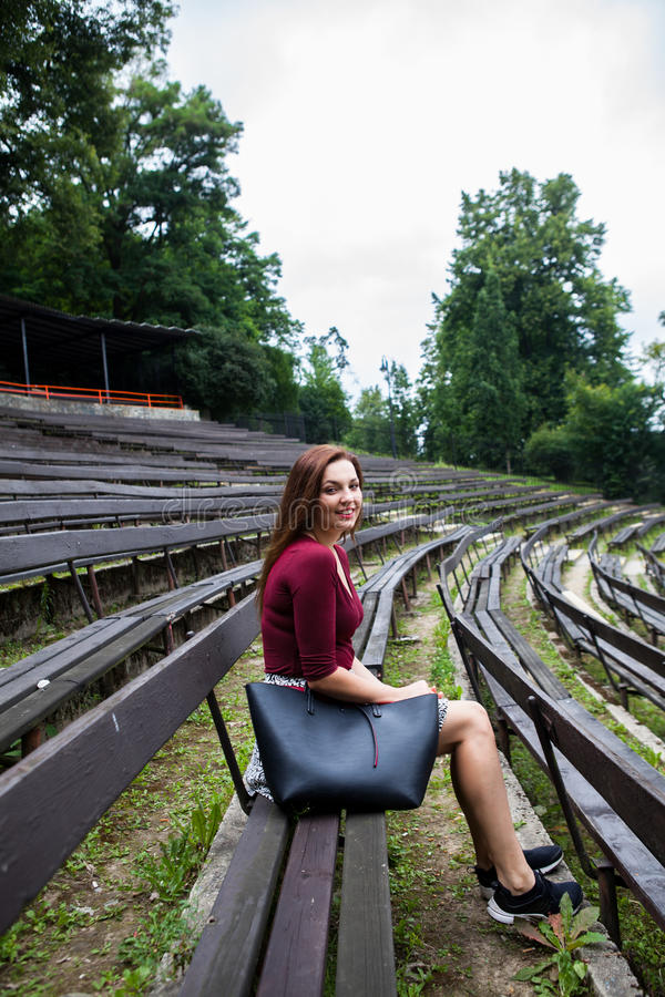 Mujer joven hermosa en la sonrisa al aire libre del teatro fotografía de archivo libre de regalías