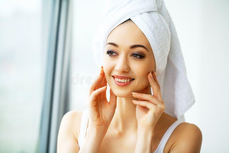 Mujer joven hermosa en la toalla todo lista para conseguir el tratamiento del balneario g fotos de archivo