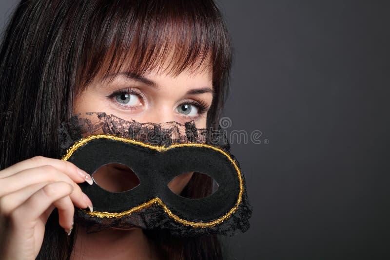 Mujer joven hermosa en máscara del carnaval imagenes de archivo