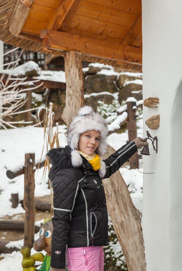 Mujer joven hermosa en paisaje del invierno fotografía de archivo