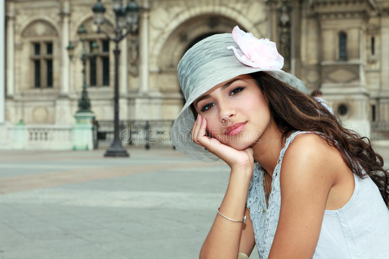 Mujer joven hermosa en París foto de archivo