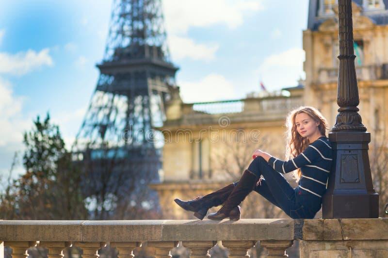 Mujer joven hermosa en París imagenes de archivo