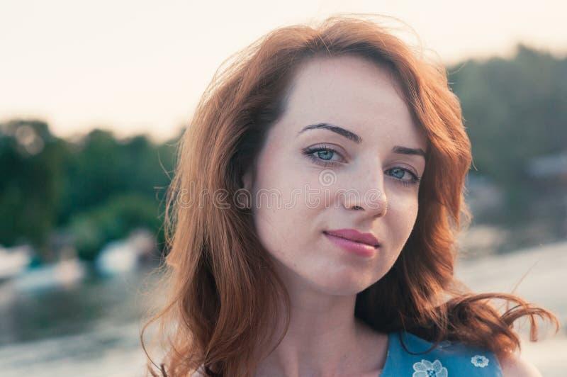 Mujer joven hermosa en ropa azul, verano foto de archivo