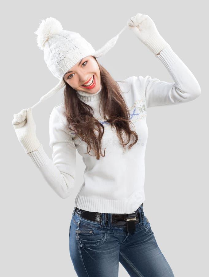 Mujer joven hermosa en ropa del invierno fotografía de archivo