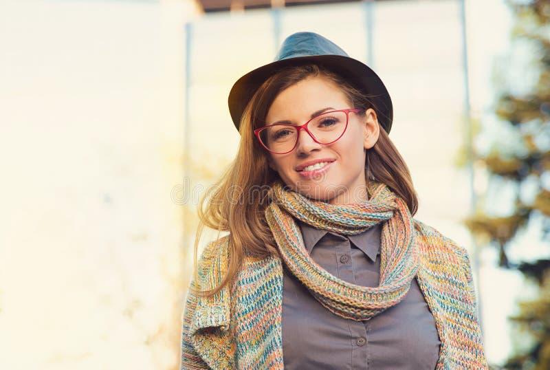 Mujer joven hermosa en sombrero y vidrios imagen de archivo