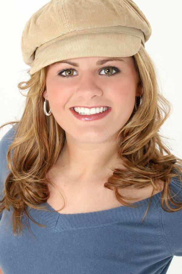 Mujer joven hermosa en suéter y casquillo azules imagenes de archivo
