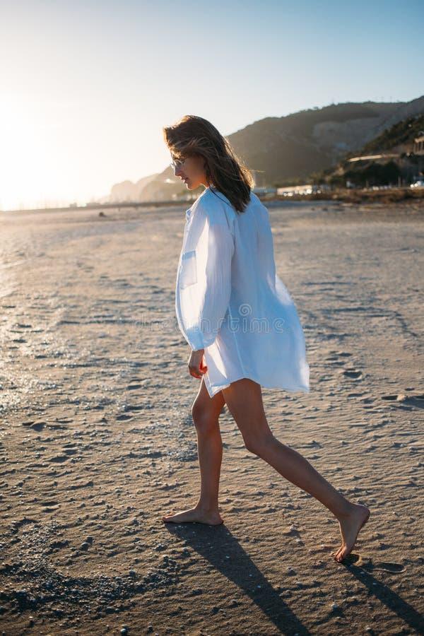 Mujer joven hermosa en traje de baño en la playa foto de archivo
