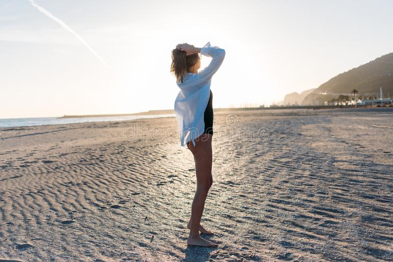 Mujer joven hermosa en traje de baño en la playa fotografía de archivo libre de regalías