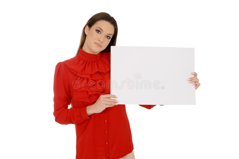 Mujer joven hermosa en trozos de papel vacíos de la tenencia roja fotos de archivo