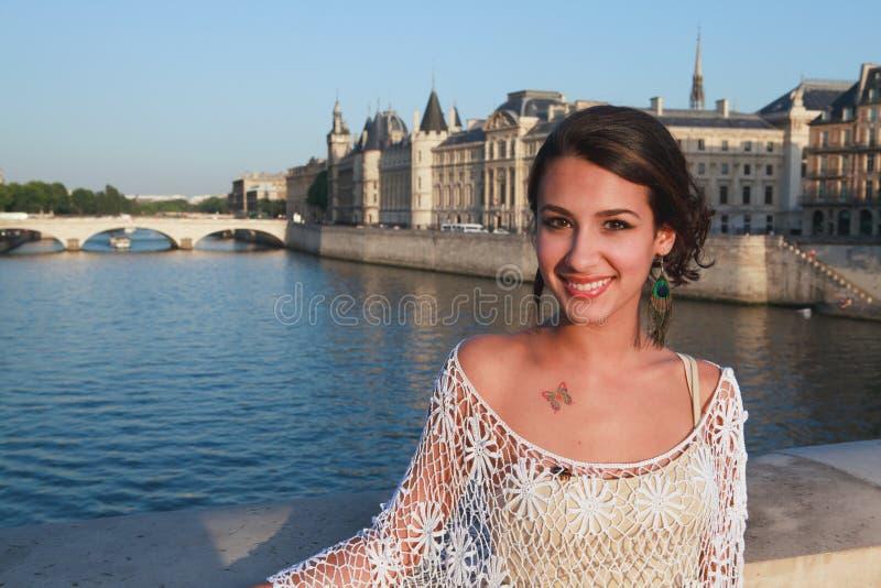 Mujer joven hermosa en un puente de París imagen de archivo