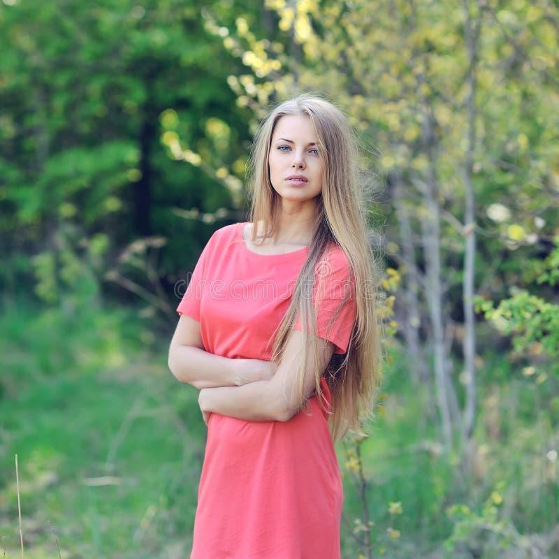 Mujer joven hermosa en un retrato al aire libre del día soleado imagen de archivo