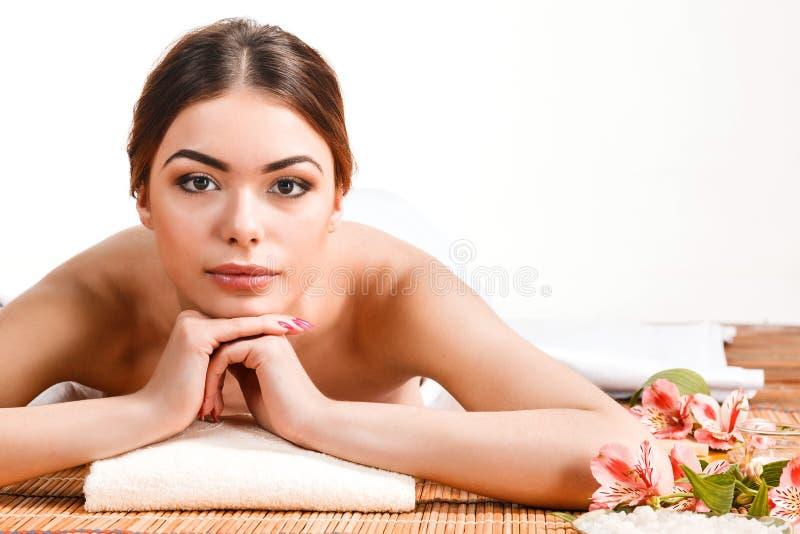 Mujer joven hermosa en un salón del balneario imagen de archivo libre de regalías