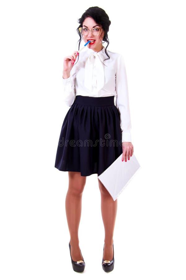 Mujer joven hermosa en una blusa blanca y un lickin negro de la falda fotografía de archivo libre de regalías