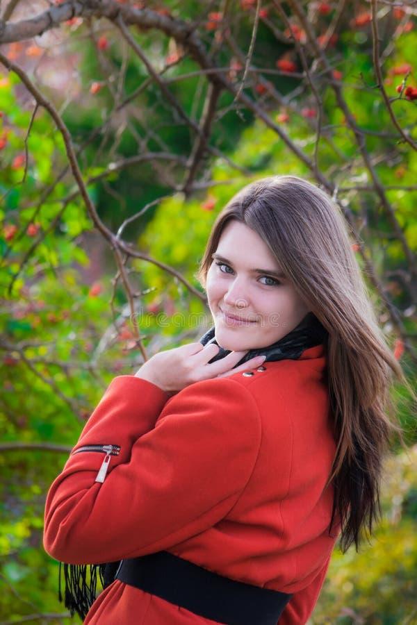 Mujer joven hermosa en una buena sonrisa del humor fotografía de archivo