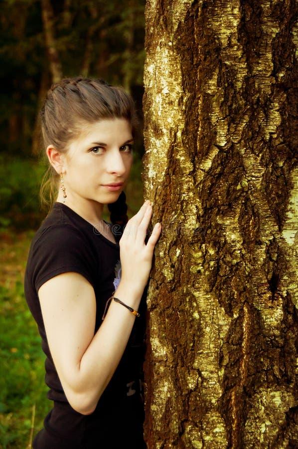 Mujer joven hermosa en una configuración al aire libre foto de archivo