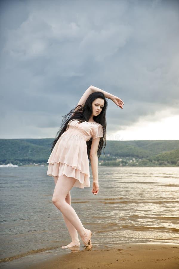 Mujer joven hermosa en una playa arenosa fotos de archivo