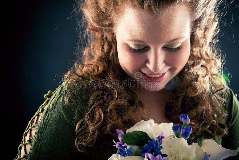 Mujer joven hermosa en verde, vestido del Medieval-estilo fotografía de archivo libre de regalías