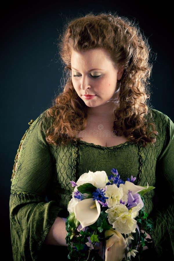 Mujer joven hermosa en verde, vestido del Medieval-estilo imágenes de archivo libres de regalías