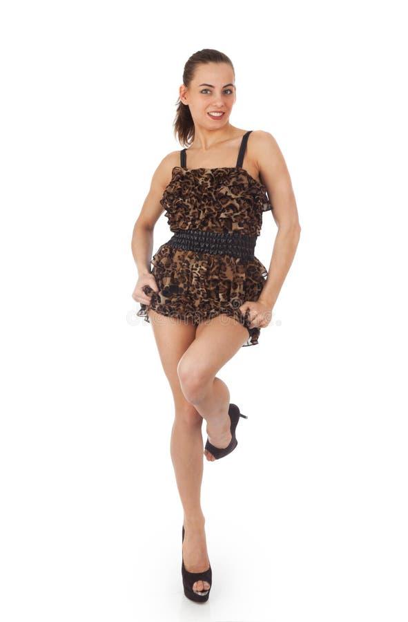 Mujer joven hermosa en vestido corto imagen de archivo