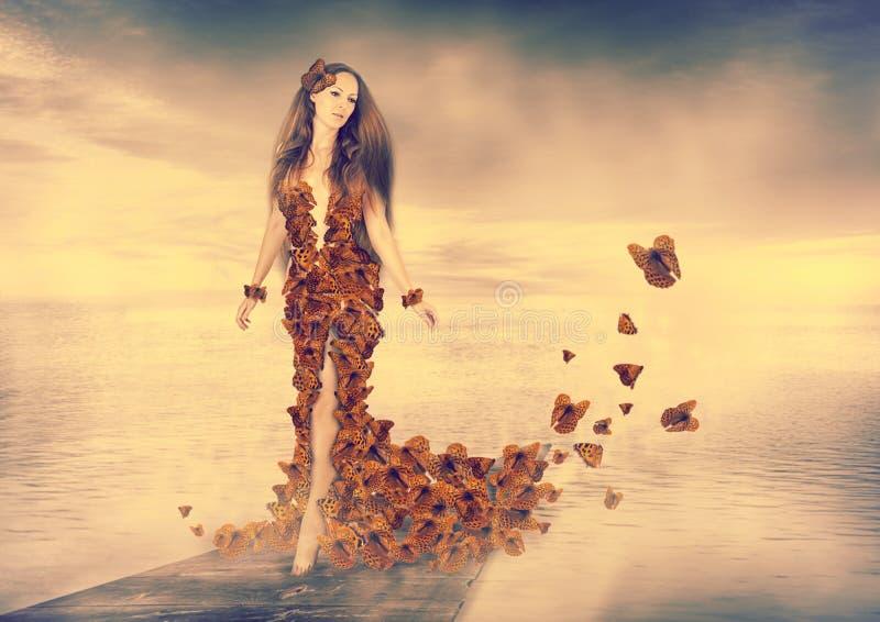 Mujer joven hermosa en vestido de las mariposas imagenes de archivo