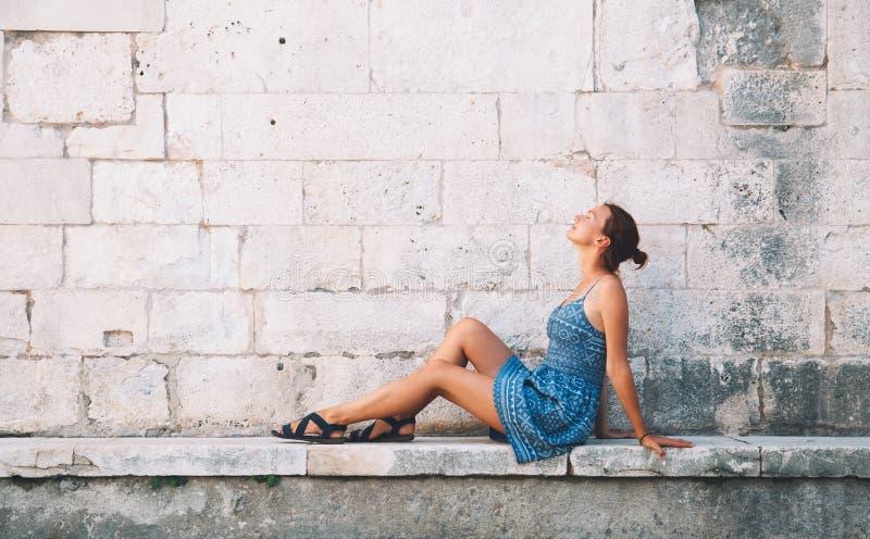 Mujer joven hermosa en Zadar, Croacia imagenes de archivo