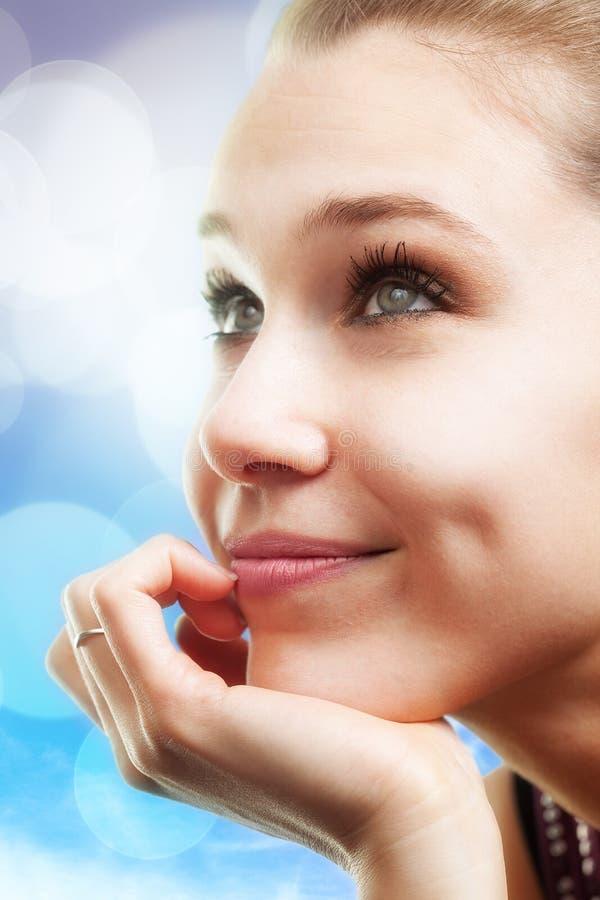 Mujer joven hermosa feliz pensativa imágenes de archivo libres de regalías