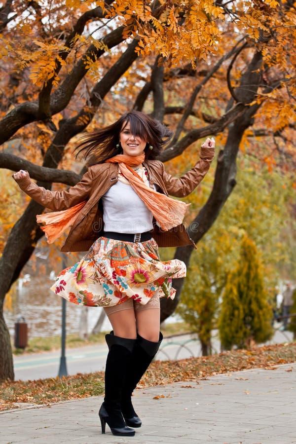 Mujer joven hermosa feliz que da vuelta alrededor imagen de archivo libre de regalías