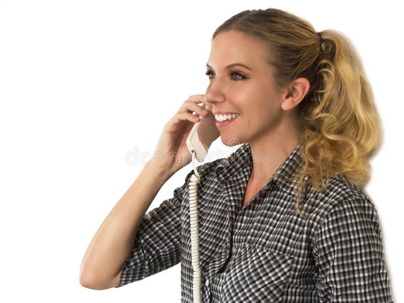 Mujer joven hermosa, feliz que habla en el teléfono y sonrisa imagen de archivo