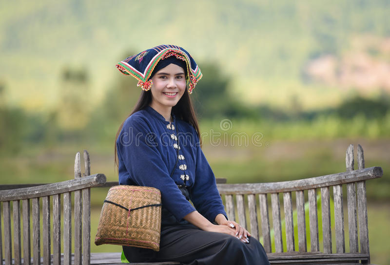 Mujer joven hermosa feliz que sonríe en la naturaleza imagenes de archivo