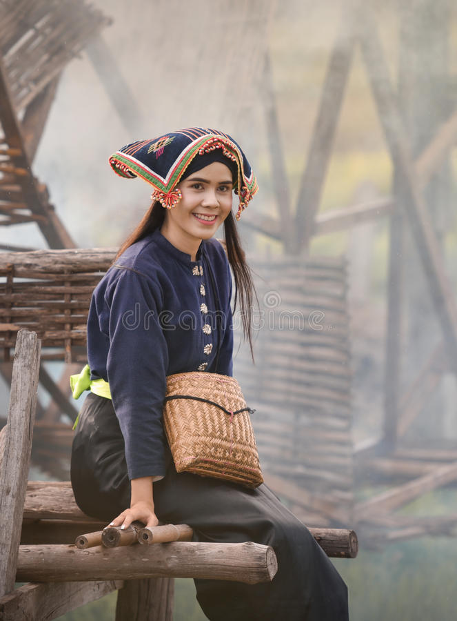 Mujer joven hermosa feliz que sonríe en la naturaleza imagen de archivo