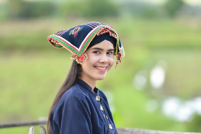 Mujer joven hermosa feliz que sonríe en la naturaleza fotografía de archivo