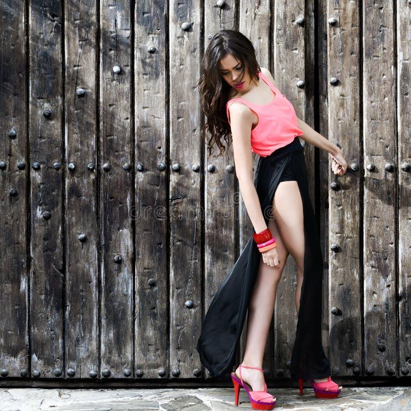 Mujer joven hermosa, modelo de la moda, con las piernas muy largas imágenes de archivo libres de regalías