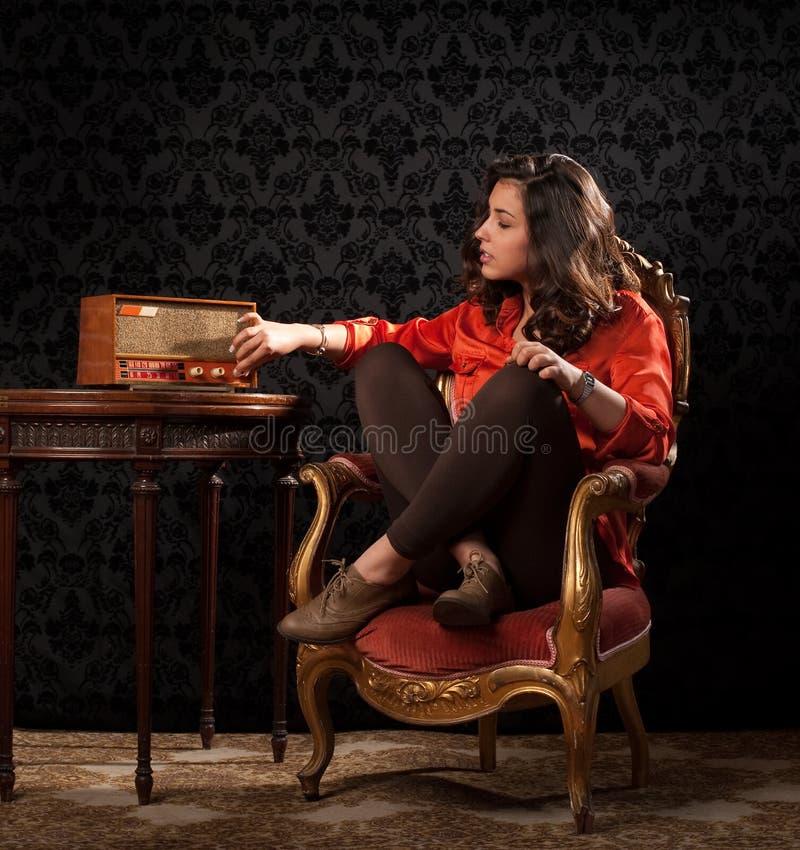Mujer joven hermosa que adapta adentro imagen de archivo
