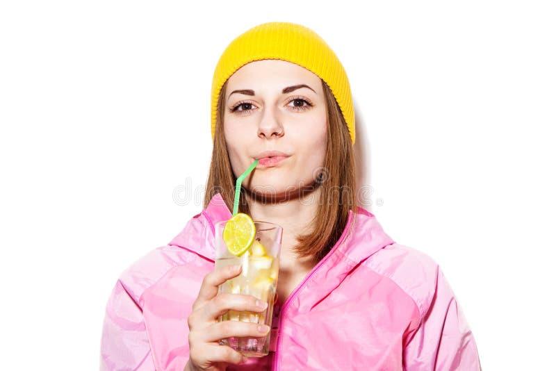 Mujer joven hermosa que bebe el cóctel alcohólico imagen de archivo