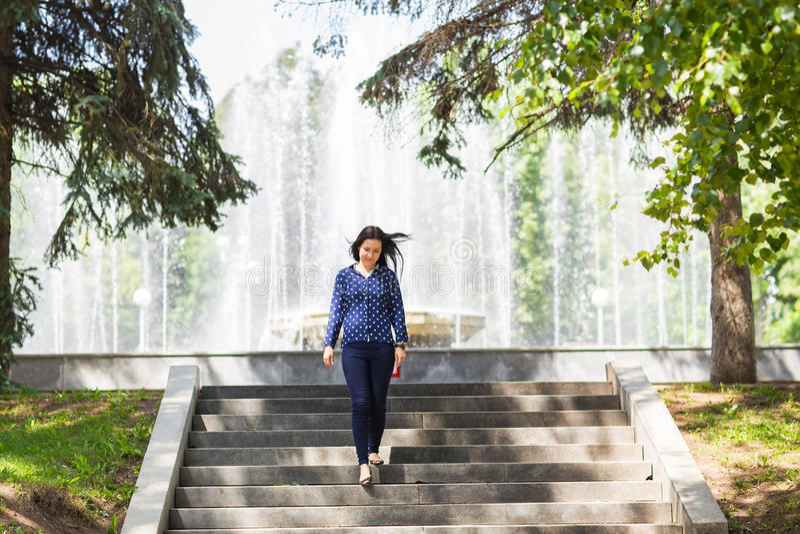 Mujer joven hermosa que camina en parque verde del verano fotografía de archivo libre de regalías