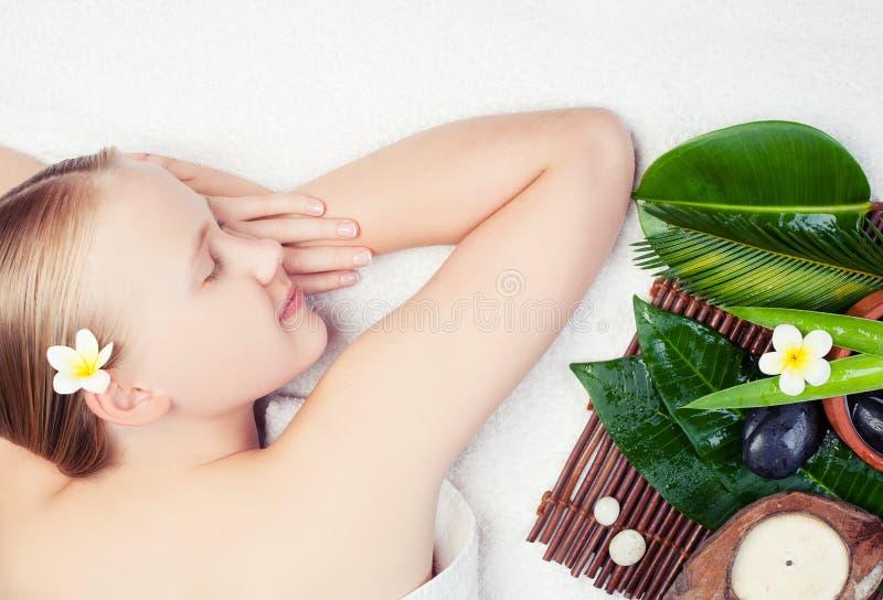 Mujer joven hermosa que consigue masaje del balneario con aromatherpy Concepto del balneario imagen de archivo