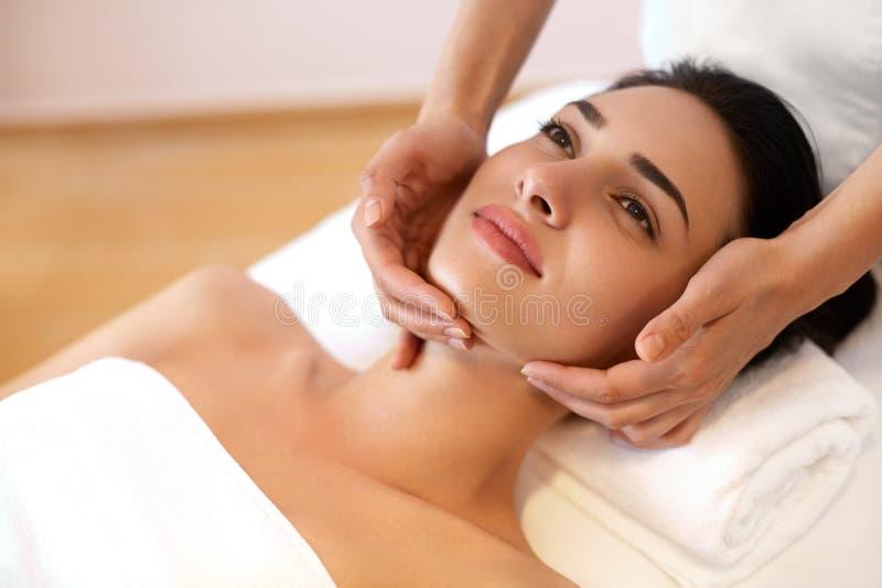 Mujer joven hermosa que consigue un tratamiento de la cara en el salón de belleza imagen de archivo libre de regalías