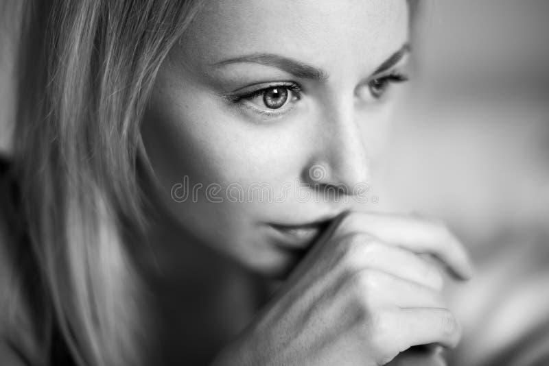 Mujer joven hermosa que despierta en el malo, luz de la mañana fotos de archivo
