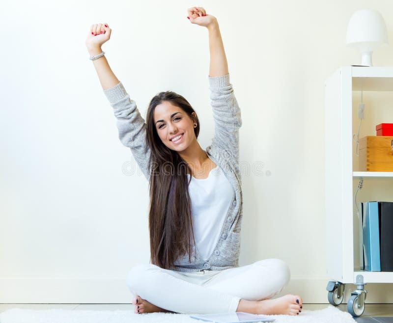 Mujer joven hermosa que despierta y que estira los brazos en casa foto de archivo libre de regalías