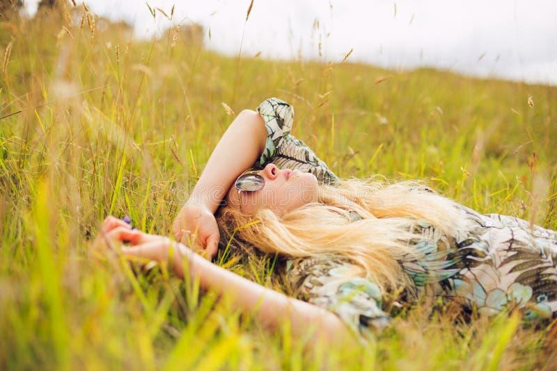 Mujer joven hermosa que disfruta de día afuera foto de archivo libre de regalías
