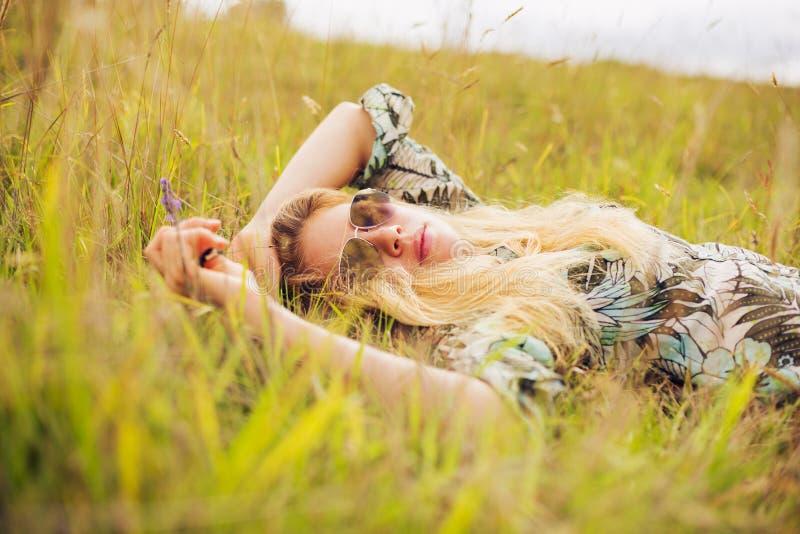 Mujer joven hermosa que disfruta de día afuera imágenes de archivo libres de regalías