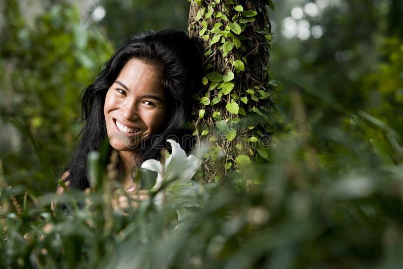 Mujer joven hermosa que disfruta de la naturaleza imágenes de archivo libres de regalías