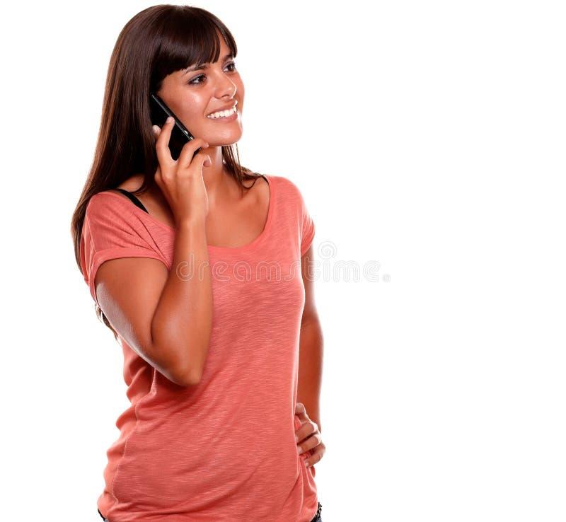 Mujer joven hermosa que habla en el teléfono móvil fotografía de archivo